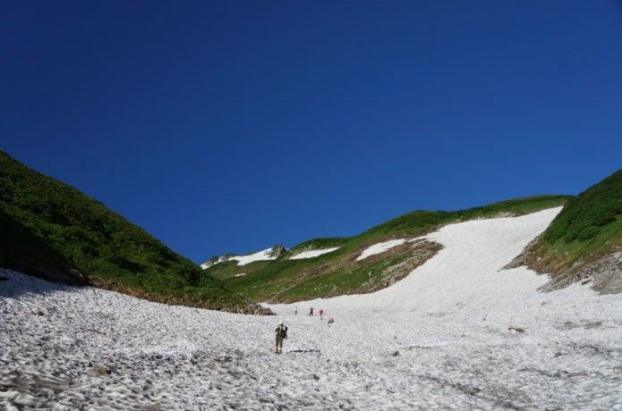 剱沢雪渓を行く登山者