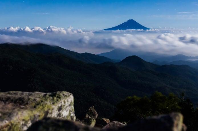 瑞牆山から金峰山、甲武信ヶ岳縦走途中で見える富士山