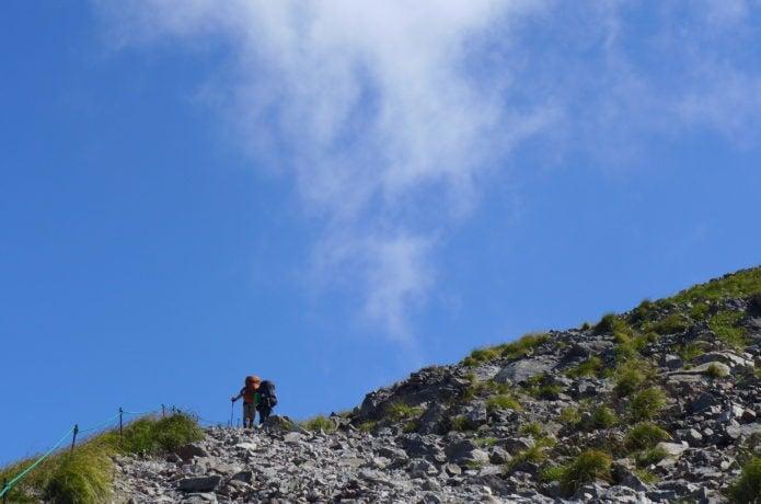 白馬岳を縦走する人