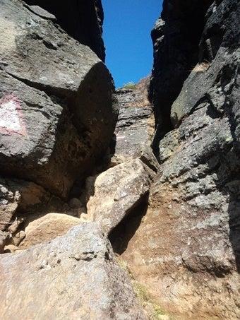 安達太良山登山中の胎内くぐり岩