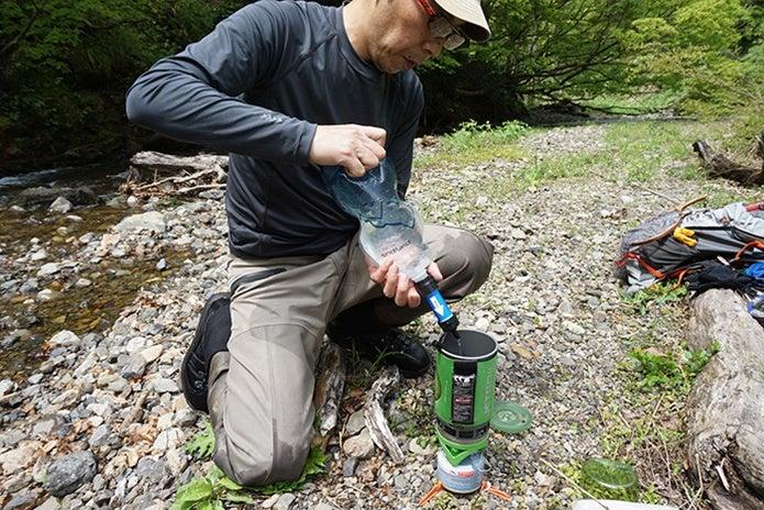 ソーヤーミニの浄水でごはんを作る男性