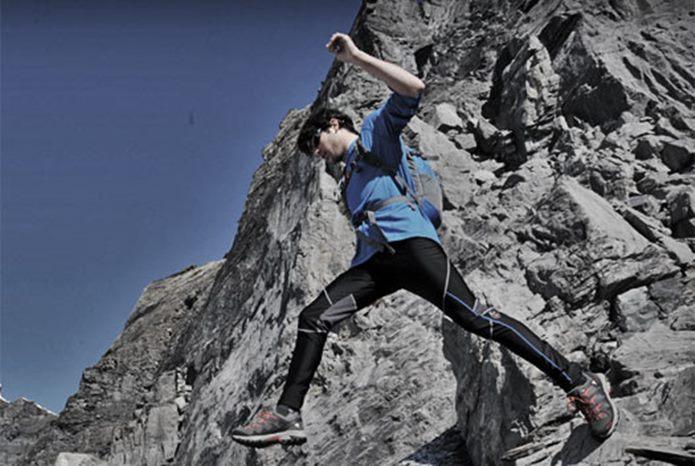 岩稜帯を駆け抜ける男性