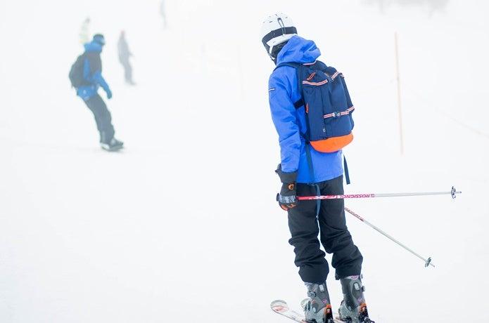 男性スキー後姿