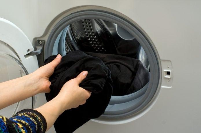 スキンズを洗濯機に入れている画像