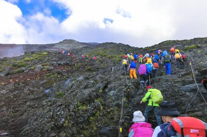 富士山を登山している人々