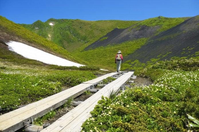 秋田駒ヶ岳の登山道を行く女性