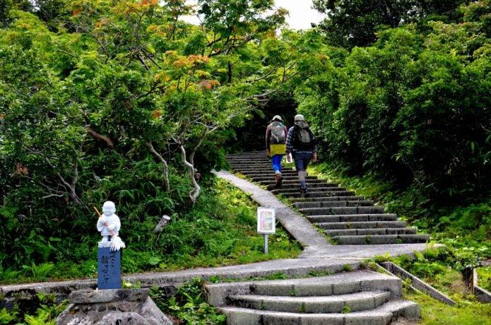 鳥海山登山口を歩く人