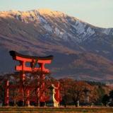 月山と湯殿山神社の鳥居
