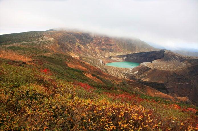 御釜周辺の紅葉