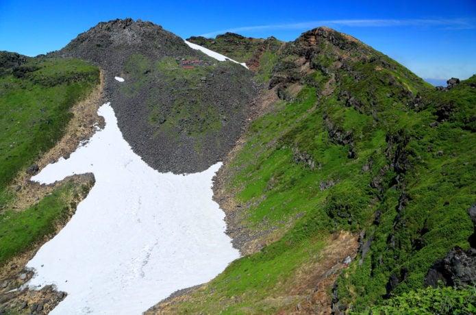 鳥海山 外輪山から望む雪渓・山頂