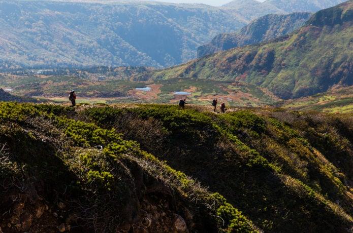化雲岳から天人峡温泉を目指す登山者
