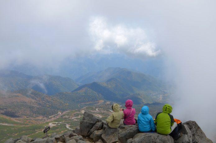 乗鞍岳山頂で絶景を楽しむ人たち