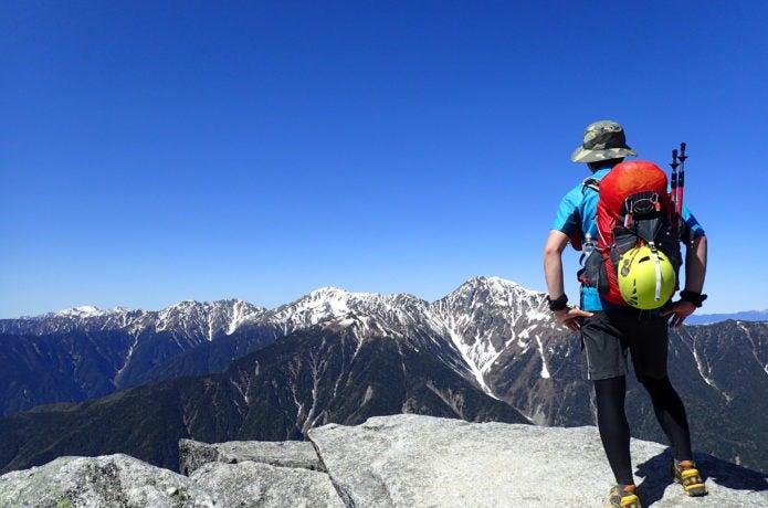 南アルプスを登山している人