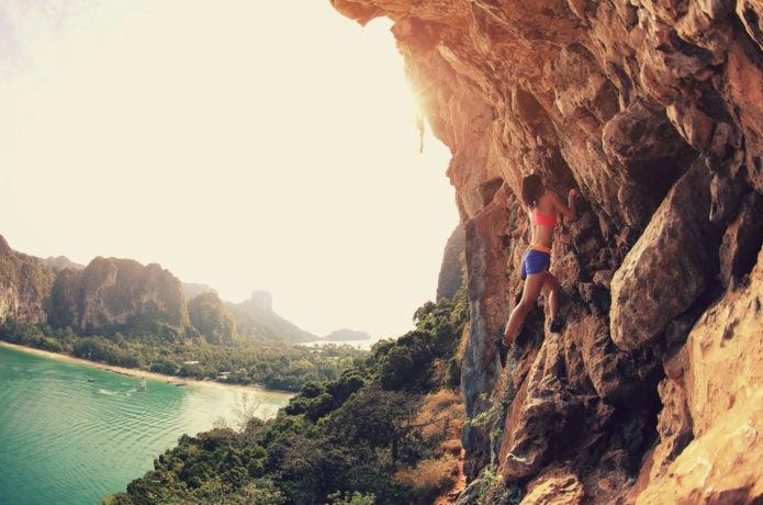 岩場を登る女性