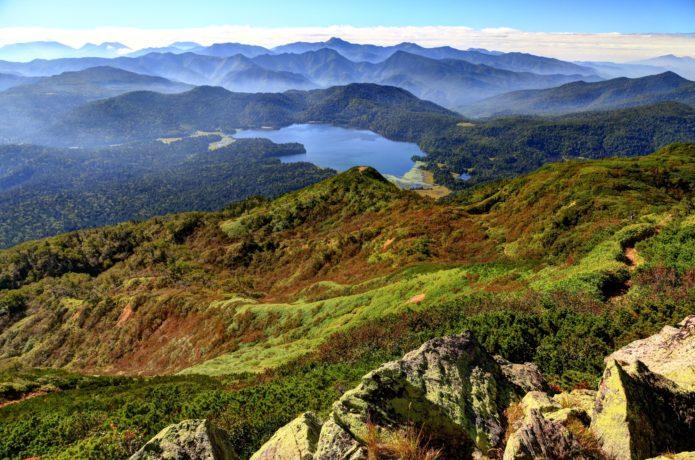 燧ヶ岳から見る尾瀬沼と日光方面の山並み