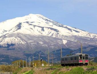 鳥海山と電車