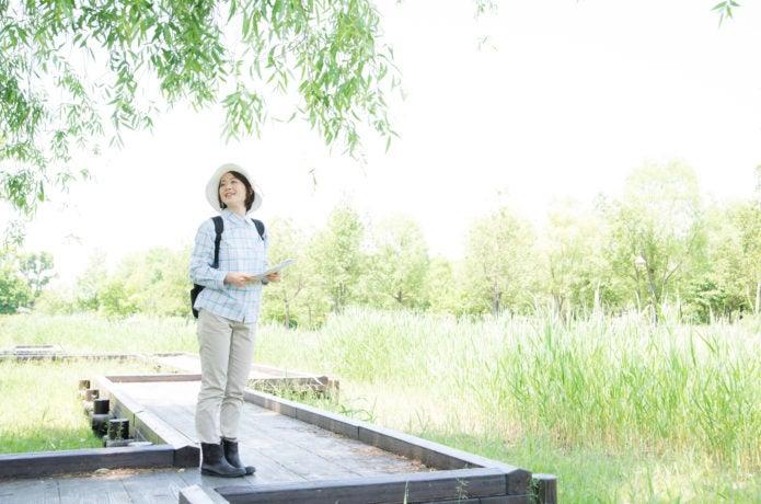 ハイキングしている女性