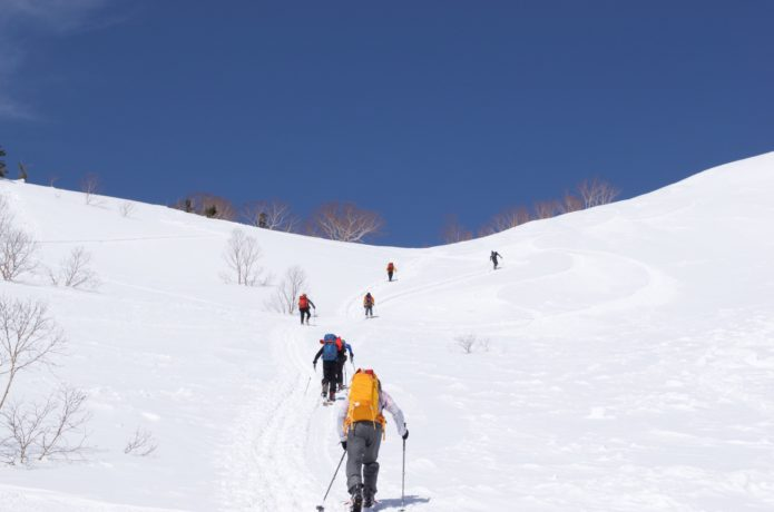 乗鞍高原~剣ヶ峰コース上の雪上風景と登る人の姿