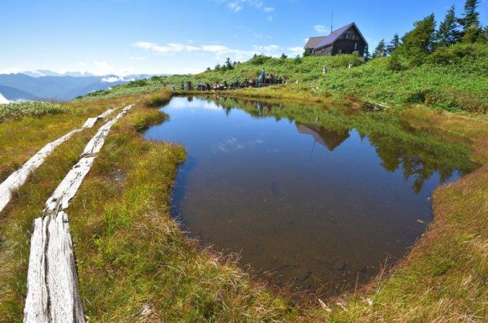 会津駒ケ岳、池塘と駒の小屋