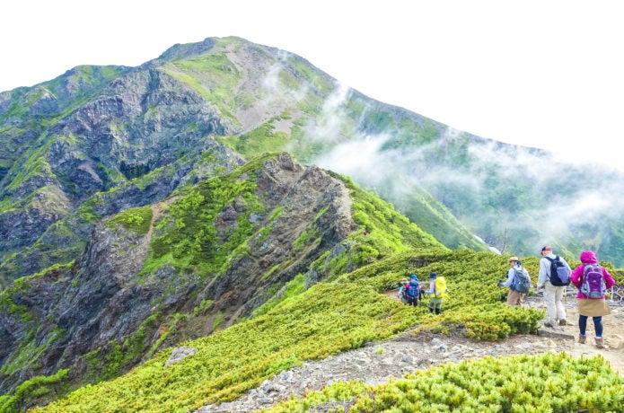 南アルプスを登山する人々