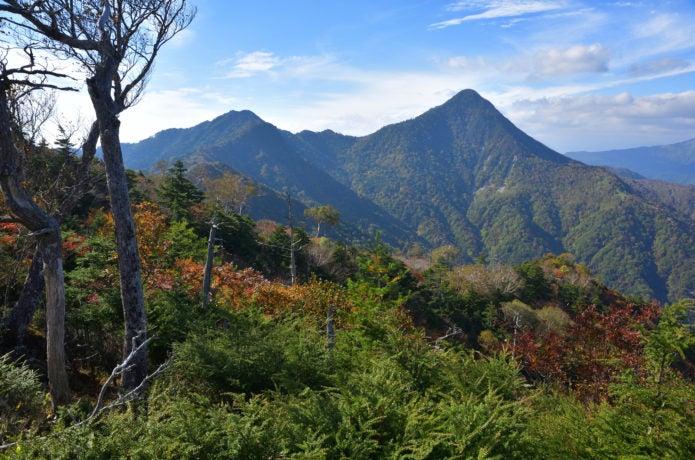 庚申山から望む鋸山と皇海山