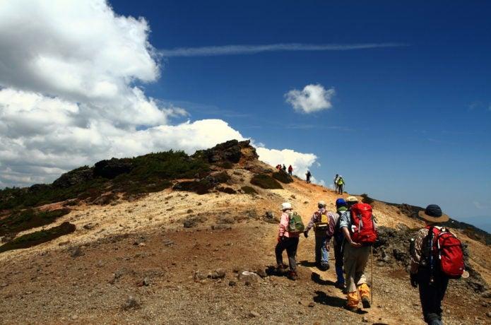 安達太良山を登る人