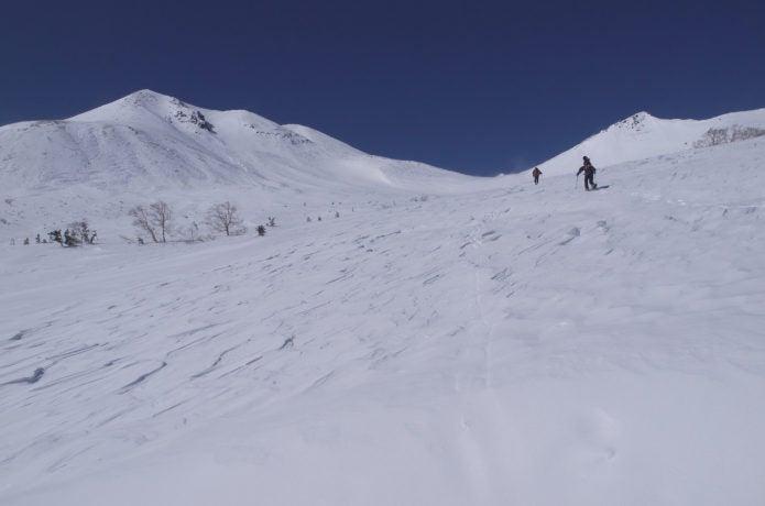 乗鞍岳 雪原を登る様子