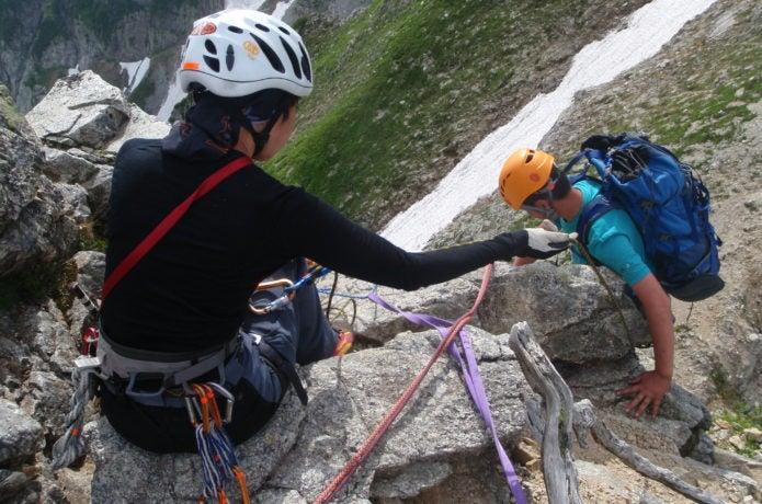 登山用ヘルメットをかぶっている人