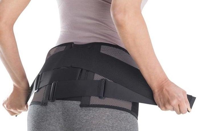 腰痛ベルトを着用している画像