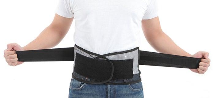 腰痛ベルトを着用している男性