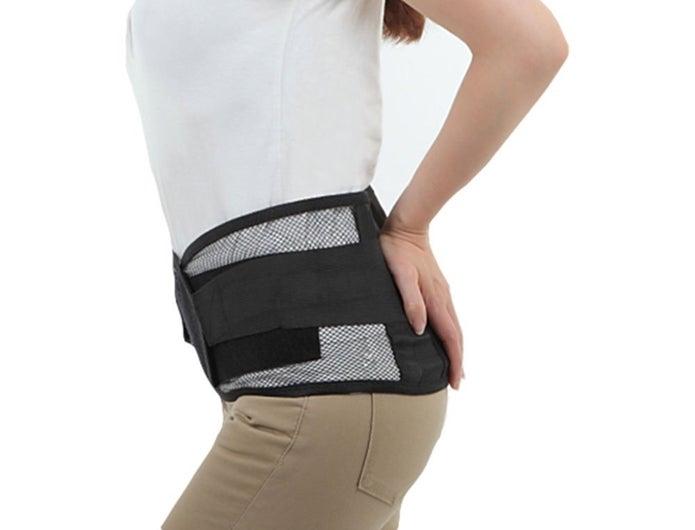 腰痛ベルトをしている女性