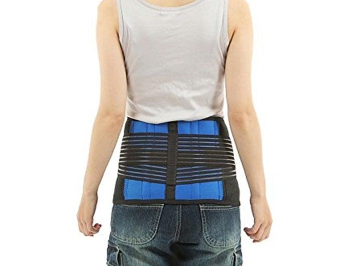 腰痛ベルトを着用している人