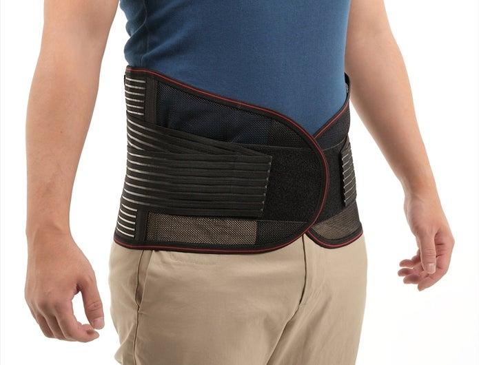 腰痛ベルトをしている男性