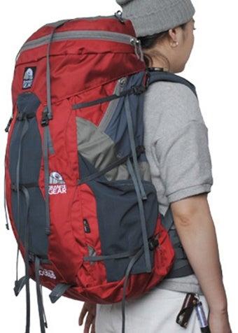 60Lのバックパックを背負った女性