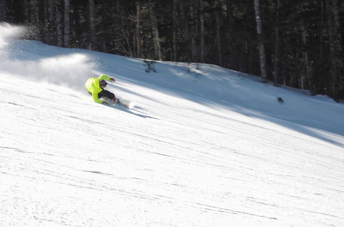野麦峠スキー場で滑る人