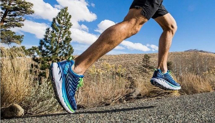 クリフトン4を履いて走る男性