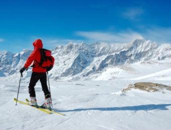 バックカントリーのスキーヤー