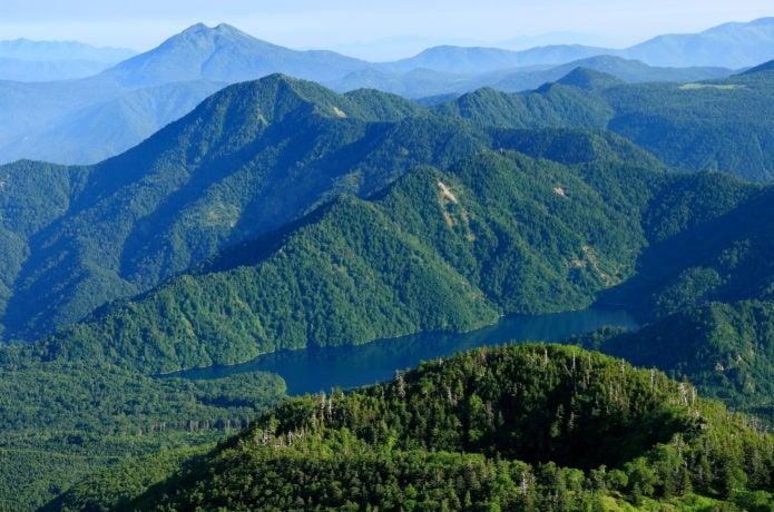 日光白根山から見る菅沼方面と燧ヶ岳