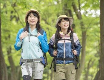 山を散策する女子