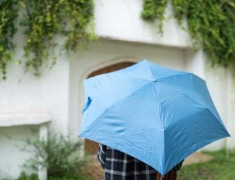 折り畳み傘をさす人