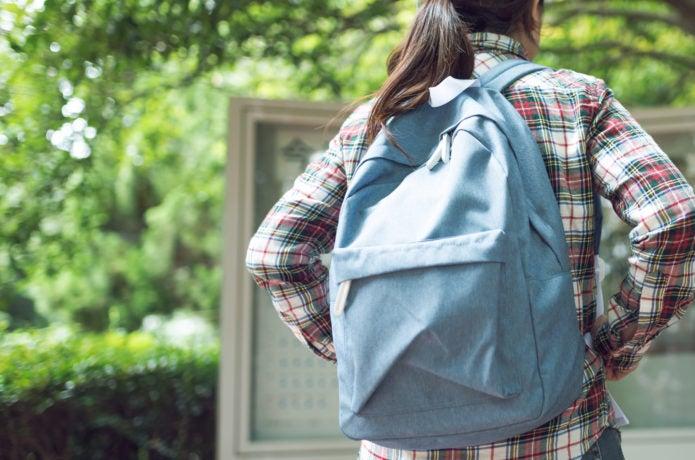 通学にバックパックを使う女性