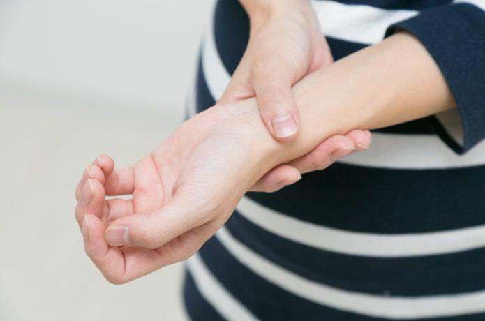腱鞘炎で痛そうな手