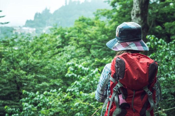 登山でバックパックを使っている女性