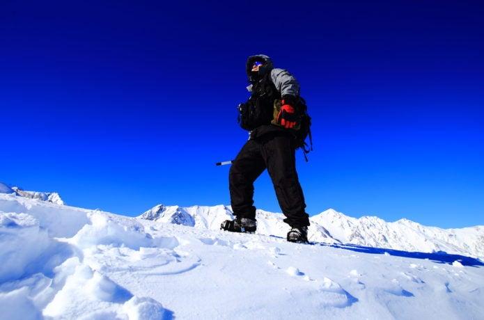 雪山登山をする人