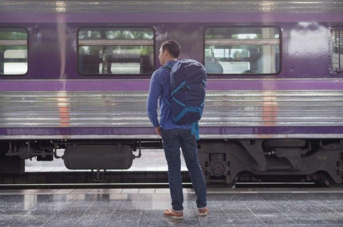 バックパックを背負って旅行する男性