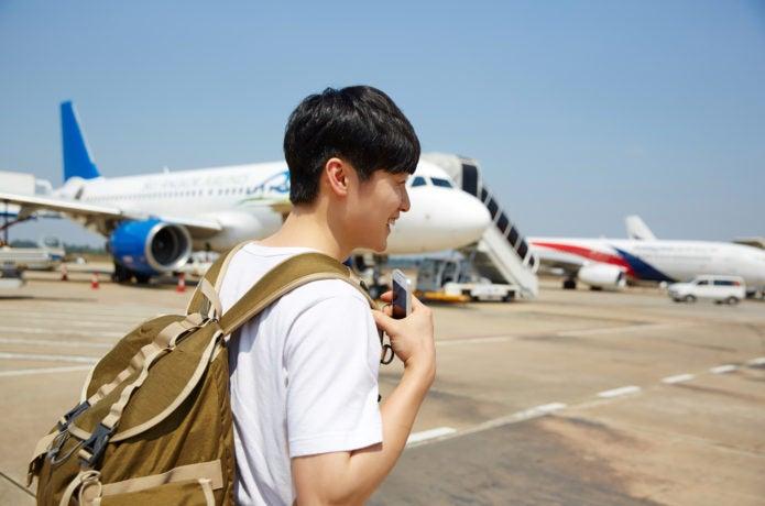旅行でバックパックを使う男性