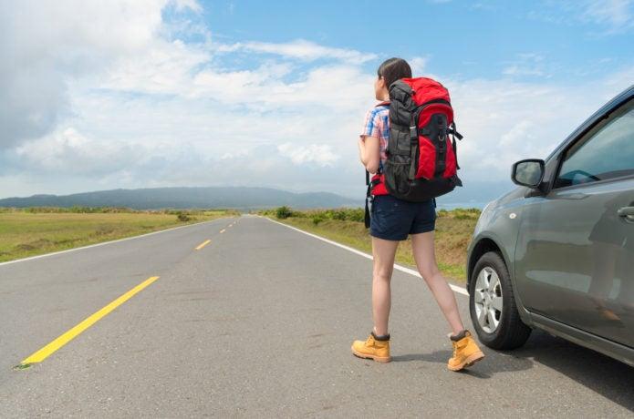 バックパックを背負って旅行する女性