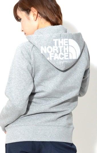ノースフェイスのコットンパーカーを着ている女性